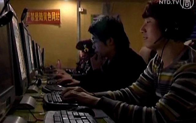 Besucher eines Internetcafés in China.   Foto: NTD Television