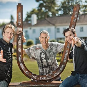 Die Ehrlich Brothers widmen Uri Geller eine verbogene Schiene. Foto: Anja Reichelt