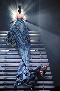 Michael Nagy (Giulio Cesare; auf der Treppe sitzend) und Brenda Rae (Cleopatra; mit dem Rücken zum Betrachter)