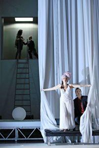 Brenda Rae (Cleopatra) und Michael Nagy (Giulio Cesare), sowie im Hintergrund v.l.n.r. Tanja Ariane Baumgartner (Cornelia) und Paula Murrihy (Sesto)
