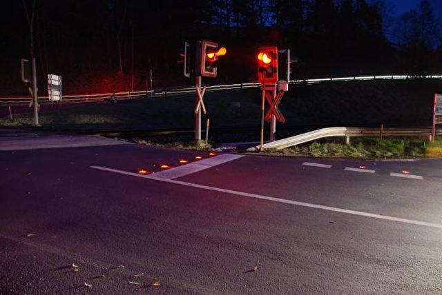 Helle LED-Warnlichter machen unbeschrankte Bahnübergänge sicherer.