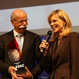Vorstandsvorsitzender der Daimler AG Dieter Zetsche nimmt den ADAC-Preis von Nina Ruge entgegen. Foto: © Andreas Burkert