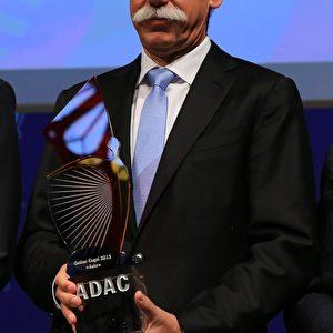 """Vorstandsvorsitzender der Daimler AG Dieter Zetsche und """"Der gelbe Engel"""". Foto: © Andreas Burkert"""
