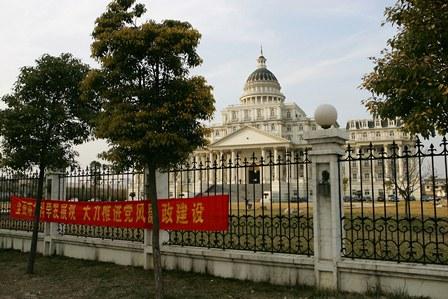 Das ist nicht das Weiße Haus, sondern der Regierungssitz in der unterentwickelten chinesischen Stadt Fuyang. Foto: Cancan Chu / Getty Images
