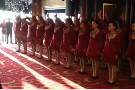 Ein Ausschnitt des Videos über den Morgenappell von Mitarbeiterinnen eines Hotels. Foto: Screenshot aus der Webseite youku.com/Epoch Times Deutschland