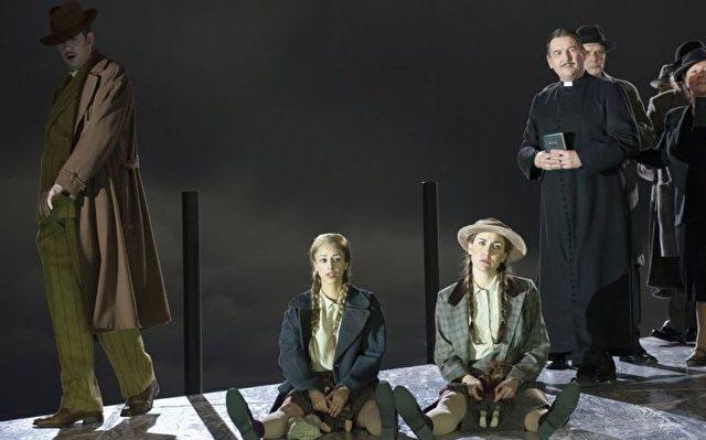 Von links nach rechts: Simon Pauly als Keene, Hila Fahima und  Kim-Lillian Strebel als Nichten, Clemens Bieber als Pastor.   Foto: Marcus Lieberenz