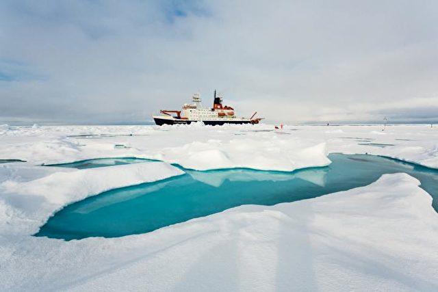 Polarstern macht in der Arktis fest. Photo: Stefan Hendricks, Alfred Wegener Institute