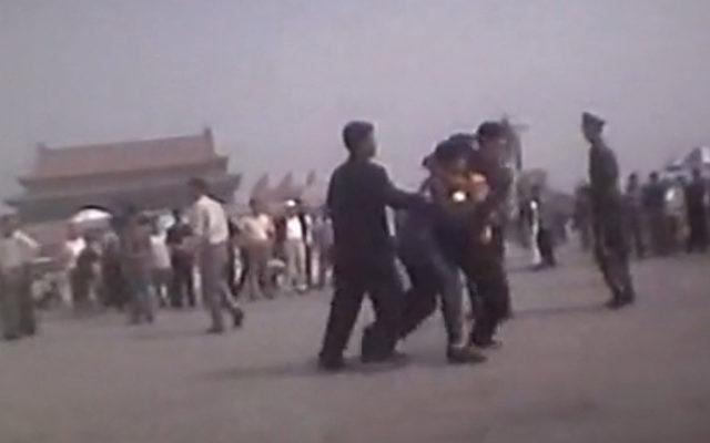 Szene der Verfolgung von Falun Gong auf dem Platz des Himmlischen Friedens in Peking.   Foto: NTD Television