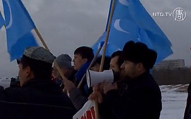 Eine Gruppe demonstrierender Uiguren in Schweden.   Foto: NTD Television