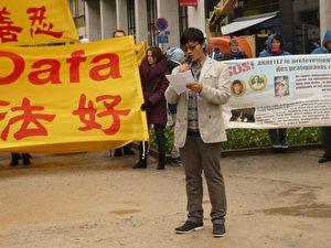 Ding Lebin hielt am 26. Oktober 2012 eine öffentliche Rede zur Rettung seiner Mutter bei der Kundgebung in Brüssel.