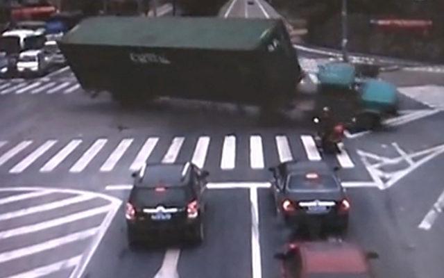 Umkippender LKW in der chinesischen Provinz Zhejiang.   Foto: NTD Television