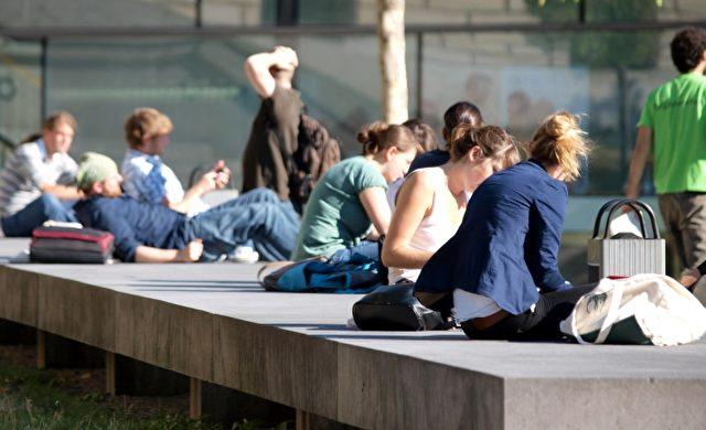 Junge Leute vor einer Universität Foto: über dts Nachrichtenagentur