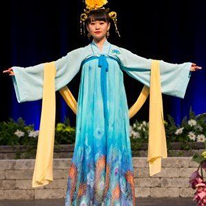 Traditionelle chinesische Trachten verschönern die Blumenmesse in Kanada. Foto: Ai Wen/Dajiyuan