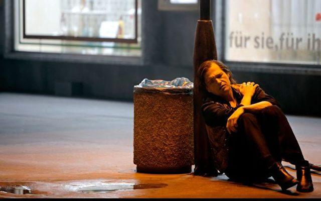 """Lance Ryan als Siegfried am Mülleimer. Bayreuth-Fans bezeichnen Castorfs diesjähriges Regietheater als """"geistigen Müll"""".   Foto: Bayreuther Festspiele Enrico Nawrath"""