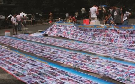 Hunderte Fotos von in China vermissten Kindern wurden in New York ausgestellt