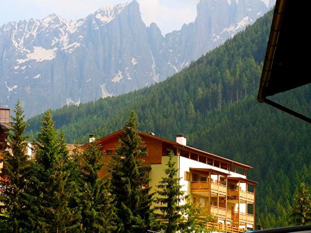 Südtirol: Welschnofen vor dem Rosengarten-Massiv.   Foto: Elke Backert