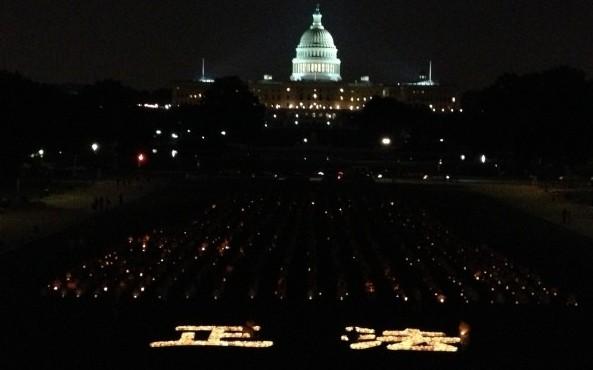 """Hunderte Falun Gong-Praktizierende nahmen teil an der Kerzenlichtt-Mahnwache am 18. Juli in Washington, D.C. Zwei riesige Schriftzeichen waren aus Kerzen geformt worden: """"zheng fa"""" was soviel wie die """"Heilung"""" bzw. """"Erneuerung des Universums"""" bedeutet."""