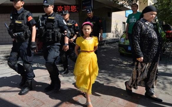 Chinesische bewaffnete Polizei patrouilliert die Straßen der muslimischen Uiguren in Urumqi am 29. Juni 2013 nach einer Reihe von Terroranschlägen in der Region Xinjiang. Sicherheitskräfte erschossen vor kurzem vier Uiguren.  Foto: Mark Ralston / AFP / Getty Images