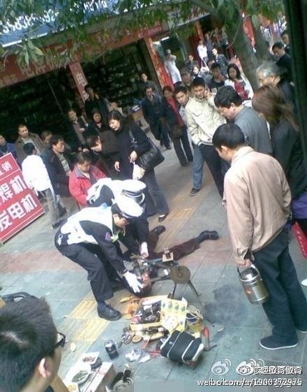 """Die berüchtigten """"Chengguan"""" verprügelten Xia und andere Straßenverkäufer. Acht Fotos kursieren nach der Exekution Xias im Internet."""