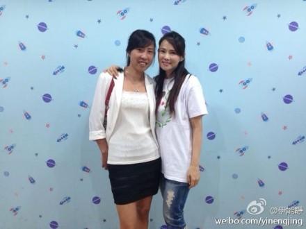Die bekannte taiwanesische Sängerin mit der Ehefrau von Xia.