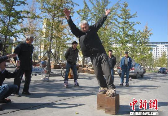 Chinese trainiert für Guinessbuch mit 450-Kilo-Schuhen