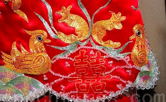 China: Traditionelle chinesische Kleidung zur Hochzeit