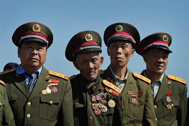 Pensionierte chinesische Offiziere bei den Mondfest-Feierlichkeiten 2013 in Peking. Foto: Mark Ralston / AFP / Getty Images