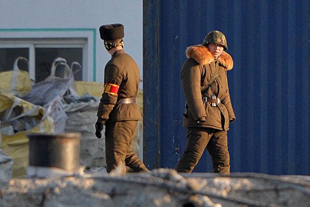 Nordkoreanische Grenzsoldaten. Foto: Mark Ralston / AFP / Getty Images