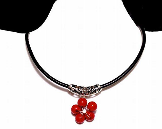 """""""Rote Pflaumenblüte"""" Halskette. Der traditionelle Weg, um Unglück im Jahr Ihres Tierkreiszeichens zu vermeiden, ist etwas Rotes während der Feier des chinesischen Neujahrs zu tragen."""