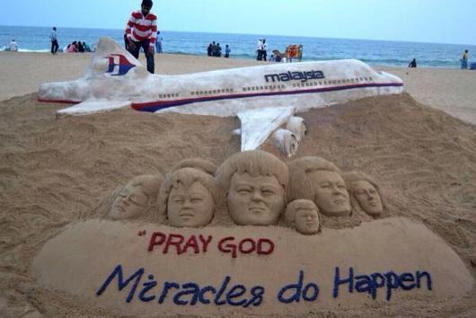Boeing Absturz: Unglaubliche Sandskulptur auf Puri Beach, Indien