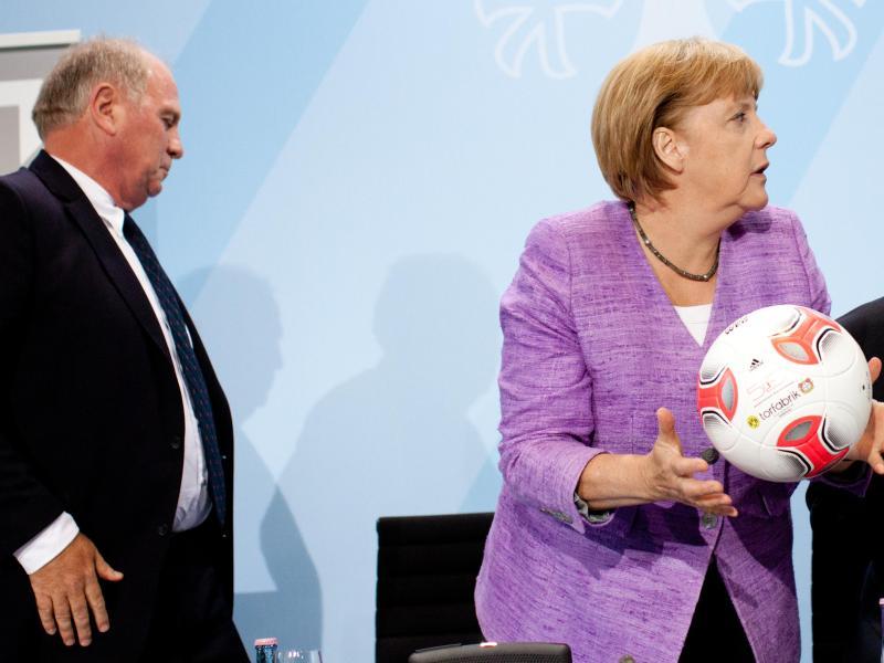 Merkel äußert Respekt für Entscheidung von Hoeneß