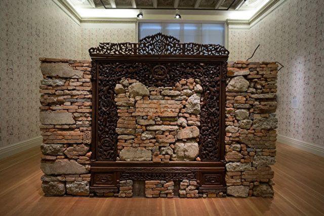 "Beton- und Ziegelsteinschutt aus Ai Weiweis zerstörtem Atelier in Shanghai in einem Holzrahmen 380 × 170 × 260 cm  © Ai Weiwei.   Foto © Mathias Völzke <div id=""ad_intext"" class=""etd-ad""></div>"