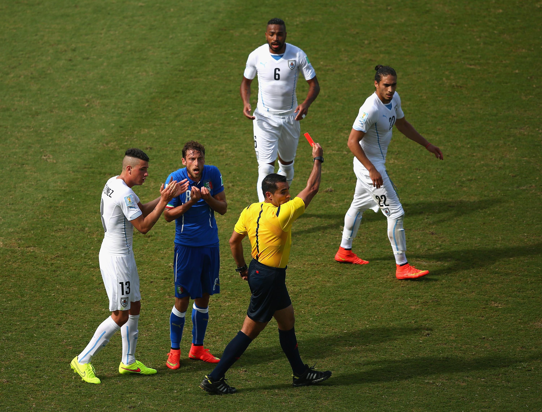 Italien gegen Uruguay: Nach Foul an Arevalo bekommt Claudio Marchisio eine harte Rote Karte (Video)