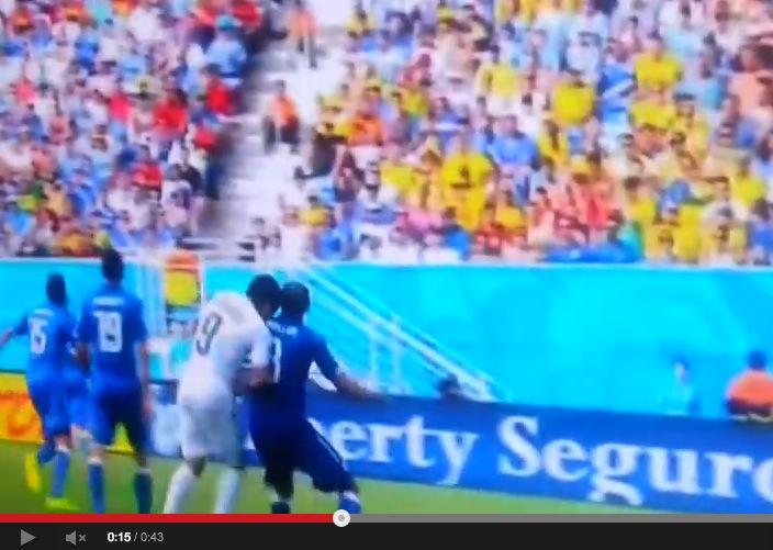 Italien gegen Uruguay: Luis Suárez von Uruguay biss Giorgio Chiellini (Video)