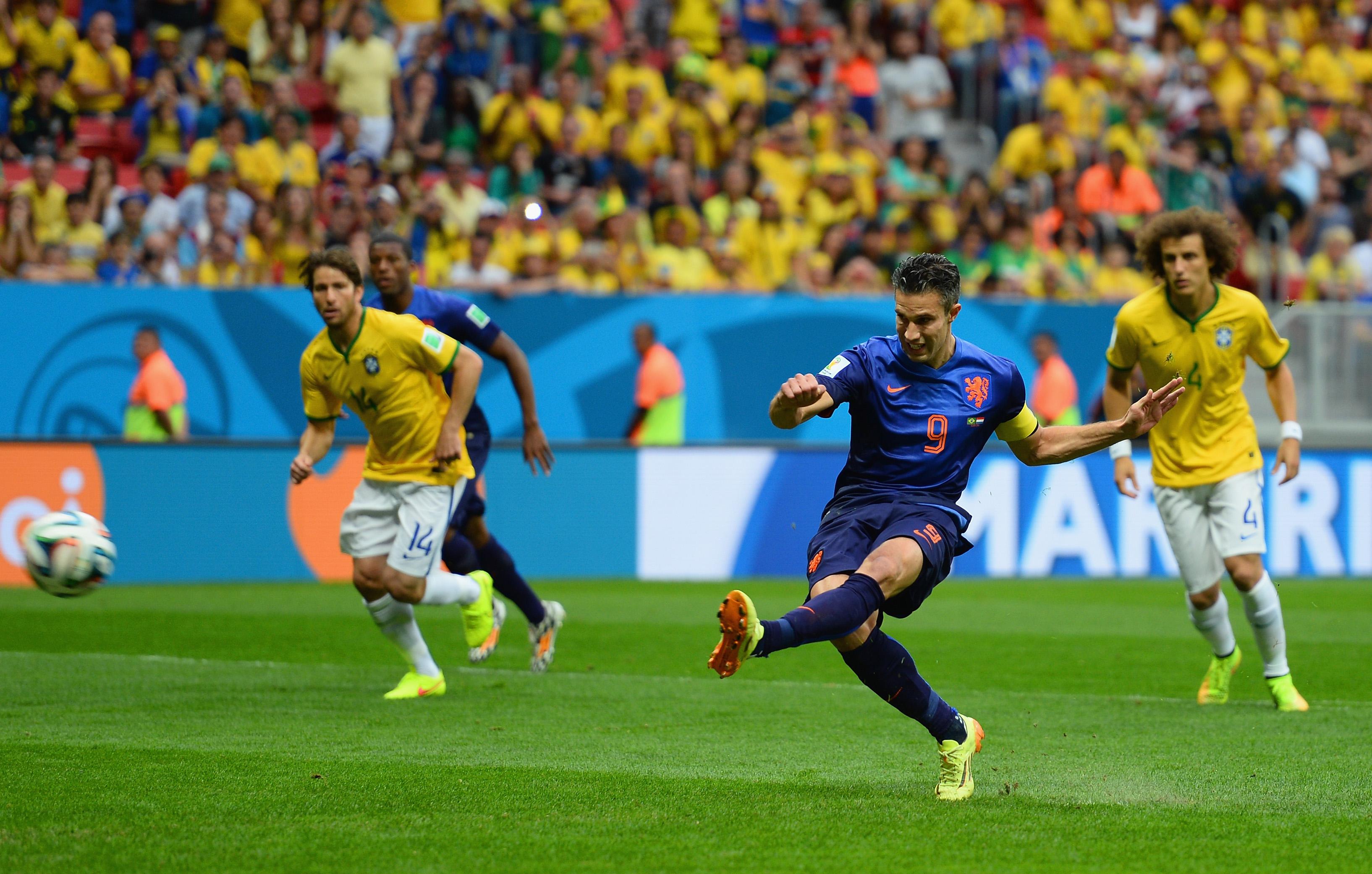 Nach dem Foul von Thiago Silva an Robben: Elfmeter von van Persie schließt die Niederlande in die Führung gegen Brasilien (Video)