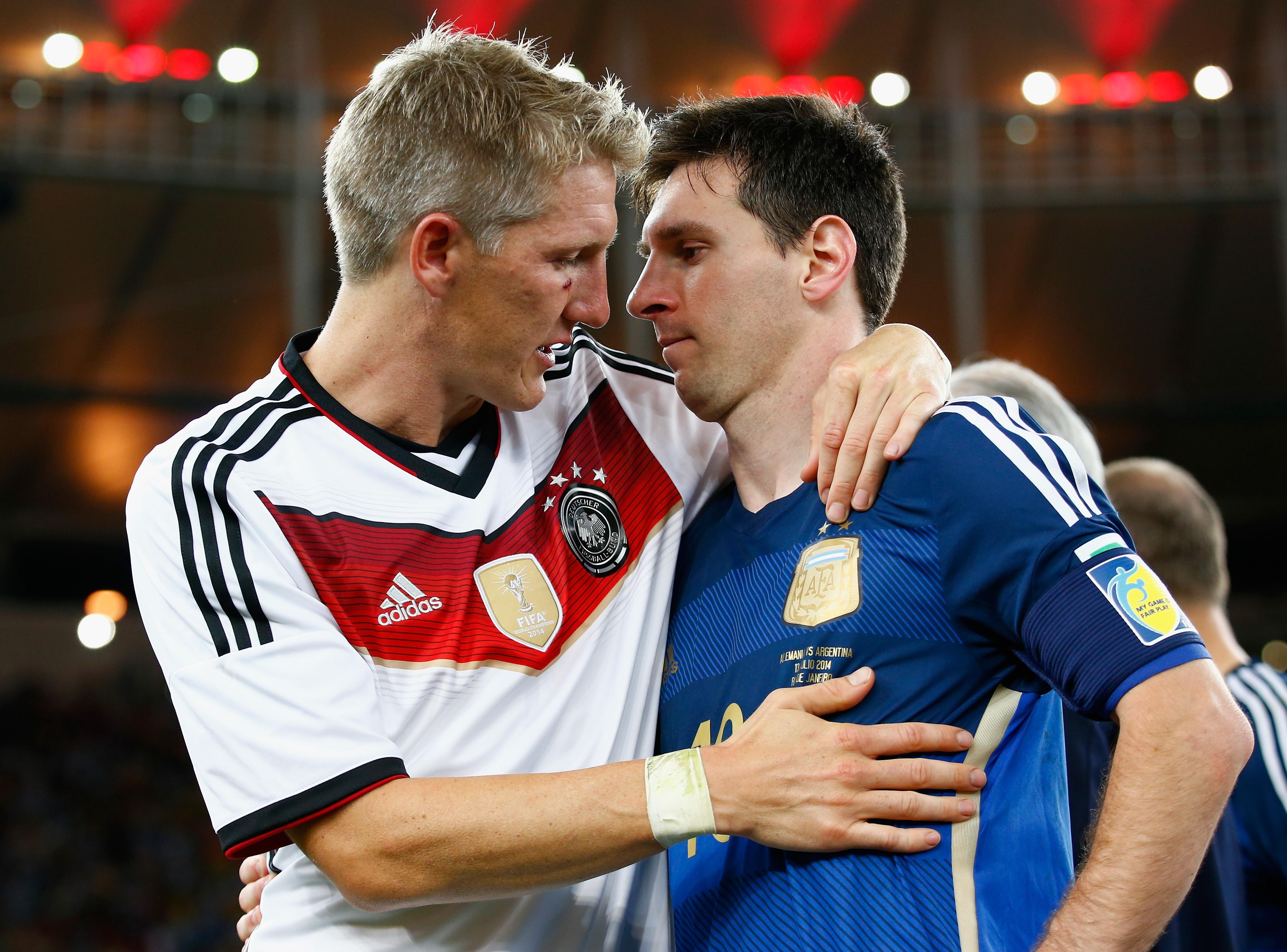 Foto: Bastian Schweinsteiger tröstet Lionel Messi nach dem Sieg Deutschlands gegen Argentinien beim WM 2014-Finale