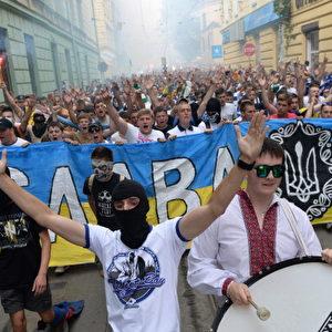 """Ukrainische Fußballfans von FC Dynamo Kiew, FC Karpaty Lviv und FC Shakhtar Donetsk nehmen am """"March of Unity"""" in der westukrainischen Stadt Lemberg, am 22. Juli 2014, teil. Foto: YURIY DYACHYSHYN / AFP / Getty Images"""