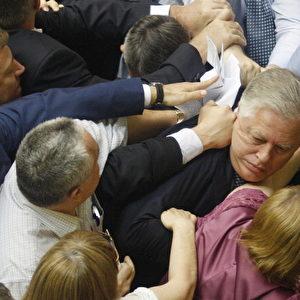"""Chaos im Parlament: Abgeordnete der All-Ukrainischen Union """"Svoboda"""" Partei greifen den Führer der kommunistischen Parlamentsfraktion Petro Symonenko (C) an, um ihn während einer ukrainischen Parlamentssitzung in Kiew am 23. Juli 2014 aus der Halle zu entfernen. Foto: Anatolij Stepanov / AFP / Getty Images"""