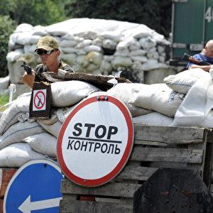 Pro-russische Separatisten stehen Wache an einem ihrer Kontrollpunkte, in der Nähe der östlichen ukrainischen Stadt und Rebellenhochburg Donezk. Foto: Alexander KHUDOTEPLY / AFP / Getty Images