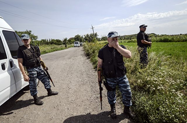 Russische Separatisten bei der Absturzstelle im Osten der Ukraine Foto: BULENT KILIC/Getty Images