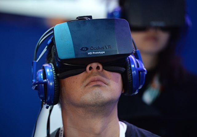 Ein Teilnehmer der International CES 2014 trägt ein Oculus Rift Virtual Reality HD Head-Mounted-Display. Einer von Evleaks veröffentlichten Liste von Apk-Dateinamen ist zu entnehmen, dass das neue Samsung Galaxy Note 4 solche Geräte unterstützen könnte.