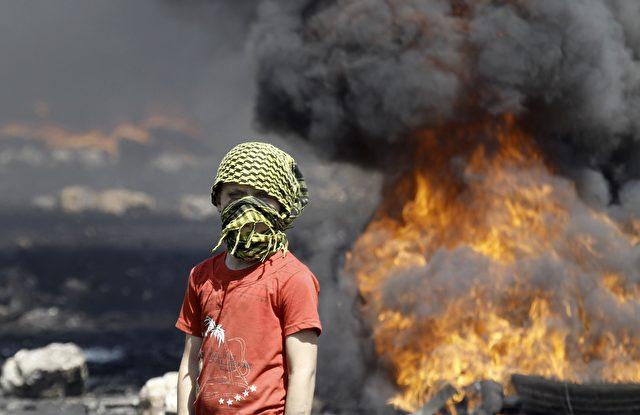 Ein Junge aus dem unter Beschuss stehenden Palästina   Foto: JAAFAR ASHTIYEH/Getty Images