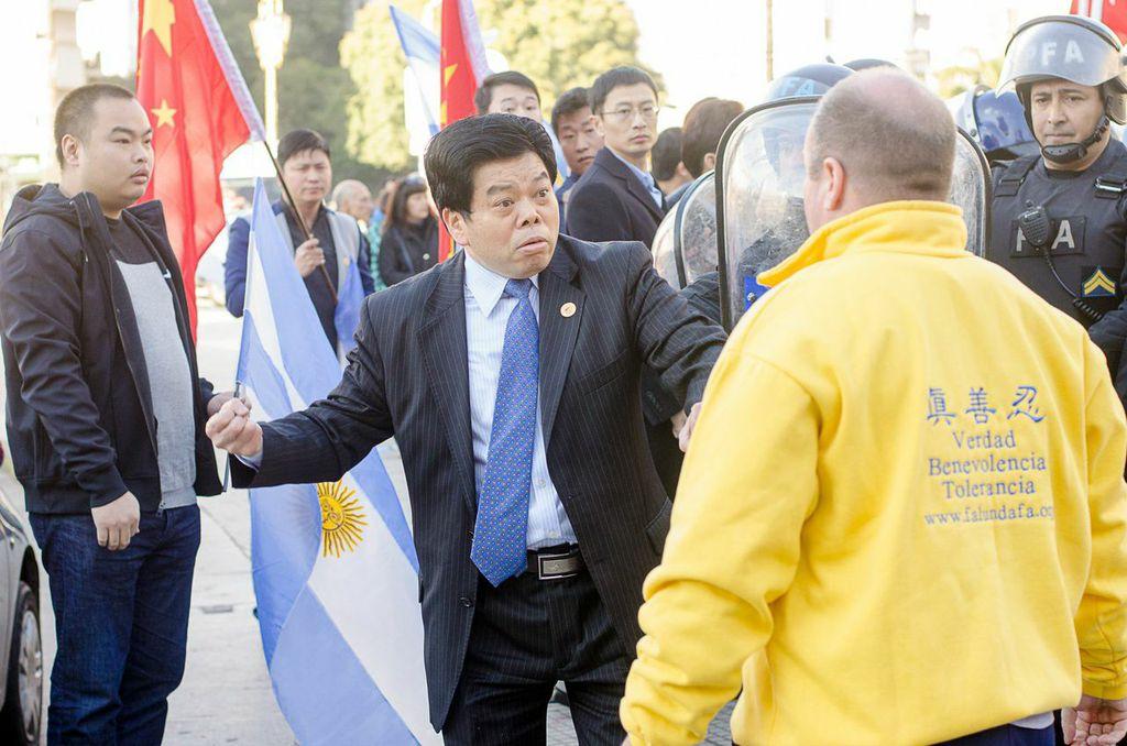 Xi Jinping trifft in Argentinien auf friedliche Proteste von Falun Gong – Aggressiver Militärattaché in Handschellen abgeführt (Video und FOTOS)