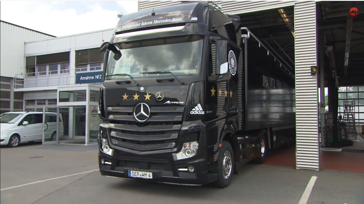 Mit diesem offenen Truck fahren die Weltmeister zur Fanmeile Berlin (Video des Trucks)