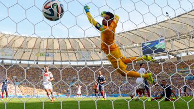 Deutschland gegen Frankreich: Tor durch Mats Hummels schießt Deutschland in die Führung (Video)