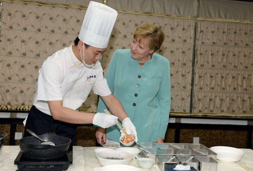 Was man in China im Internet über Merkels Marktbesuch und Kochkurs sagt