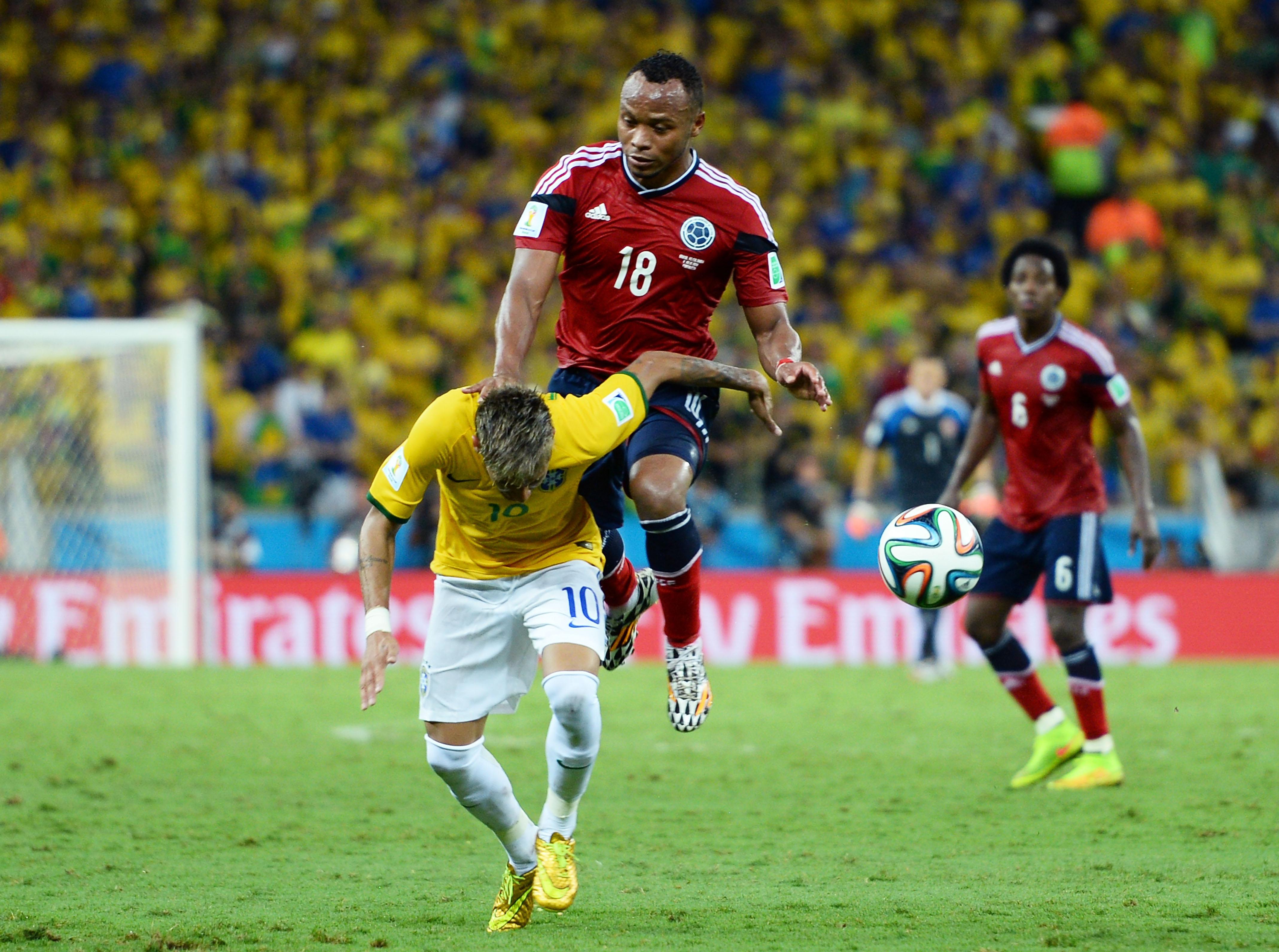 Brutales Faul von Juan Zuniga an Neymar: Neymar erleidet Wirbelbruch (Video und Fotos)