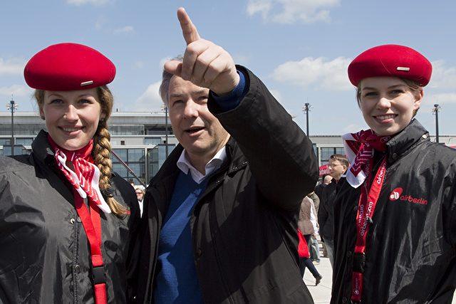 Wowereit mit zwei Mitarbeiterin von Air Berlin. Foto: Carsten Koall/Getty Images