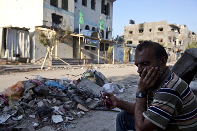 Ein Palästinenser sitzt vor den Trümmern seiner Existenz am Gazastreifen