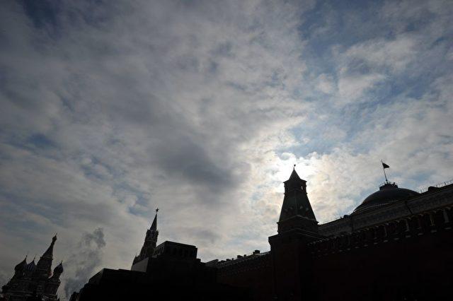 Die Kreml Mauern am Roten Platz in Moskau. Neue Wirtschaftsallianzen mit China werden aufgebaut. Düstere Aussichten für den Westen? Foto: SERGEI SUPINSKY/AFP/Getty Images